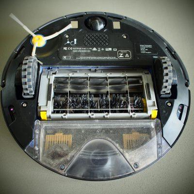 Die Unterseite des Roomba mit kleiner Bürster und Staubbehälter